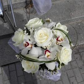 Aranjament masa trandafiri albi si orhidee Cymbidium