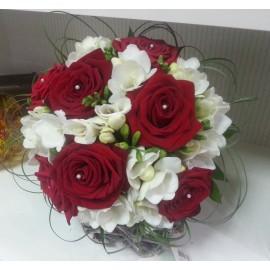 Buchet mireasa trandafiri grena si frezii albe