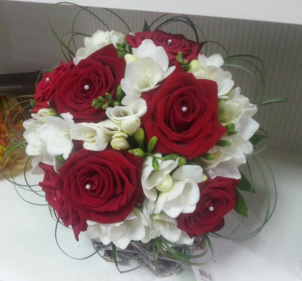 Buchet Mireasa Trandafiri Grena Si Frezii Albe Floraria Design