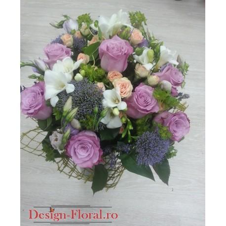 Buchet floral din trandafiri si frezii