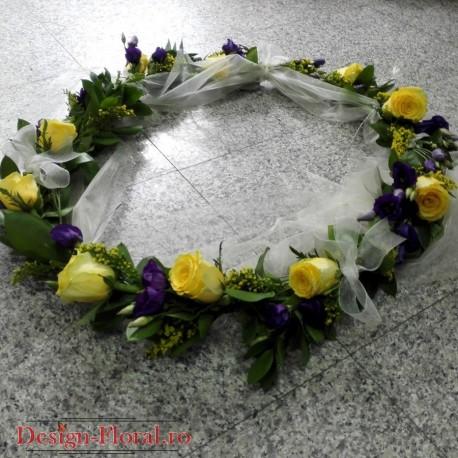Aranjament cristelnita trandafiri si lisianthus