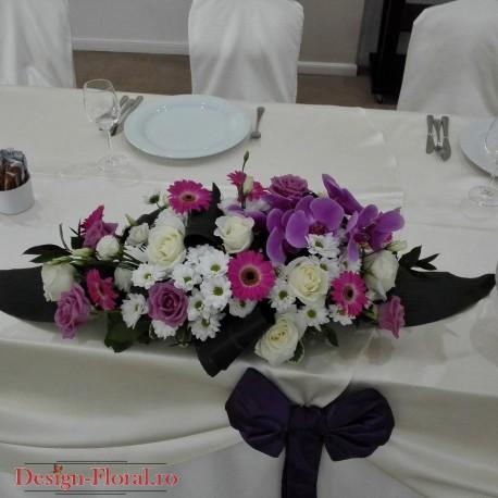 Aranjament prezidiu trandafiri si orhidee Phalaenopsis