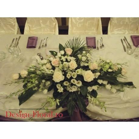 Aranjament prezidiu lisianthus si trandafiri