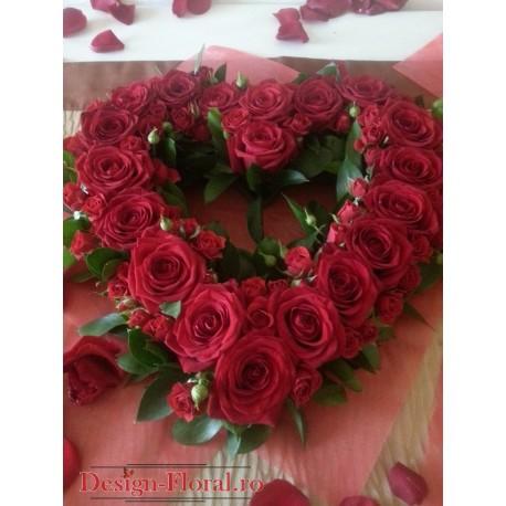 Inima florala cu trandafiri rosii