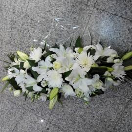 Aranjament funerar crin, trandafiri si lisianthus