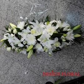 Aranjament prezidiu crin alb si trandafiri