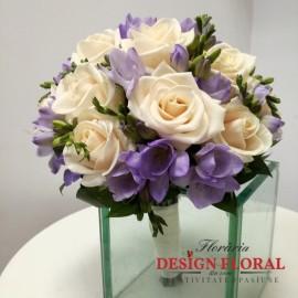 Buchet mireasa frezii lila si trandafiri