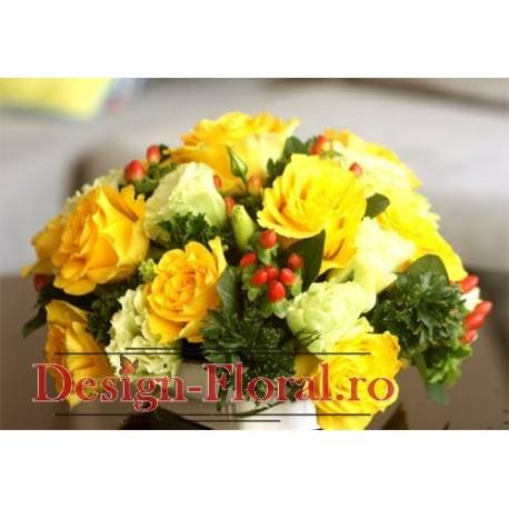Aranjament floral trandafiri si Hypericum