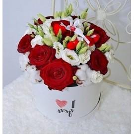 Aranjament floral trandafiri si bumbac