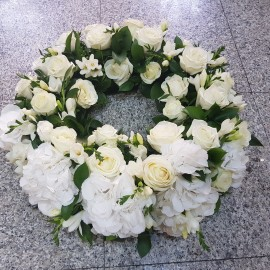 Coroana funerara trandafiri albi si hortensie