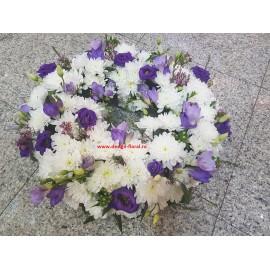 Coroana funerara crizanteme si frezii mov