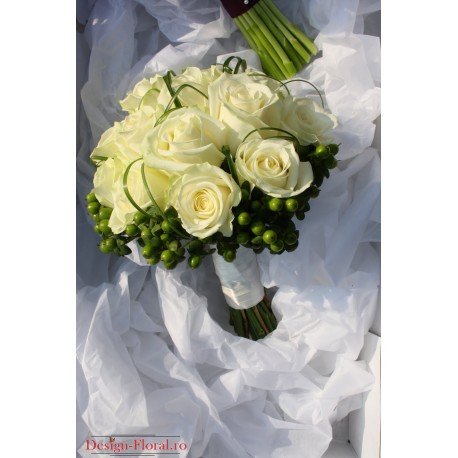 Buchet mireasa Hypericum si trandafiri