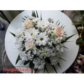 Aranjament floral margarete si trandafiri